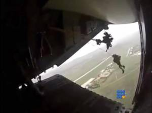 WebBuzz du 27/08/2014: Un parachutiste tracté par un avion-A-Para trooper towed by a plane