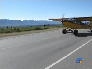 WebBuzz du 09/10/2017: Alaska un avion décolle dans le traffic routier-plane taking off in traffic in alaska