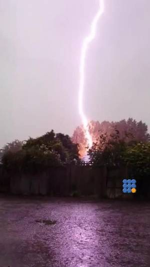 WebBuzz du 25/07/2014: La foudre tombe très près-lightning strikes very close