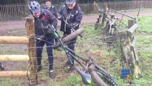 WebBuzz du 10/01/2017: Un fatbike pris dans une cloture éléctrique-Fat Bike caught on an Electric Fence