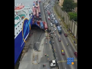 WebBuzz du 08/06/2017: Saint domingue Un ferry emporte plusieurs conteneurs-Saint Domingue a ferry crashes many containers