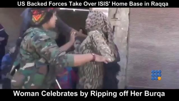 WebBuzz du 18/10/2017 : Après la prise de Raqqa les femmes retirent leur burka-Woman Celebrates by Ripping off Her Burqa After US Backed Forces Take Over ISIS Home Base