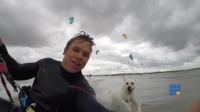 WebBuzz du 18/07/2017: Kevin Langeree en kite surf poursuivi par un chien-A Kite surfman chased by a dog