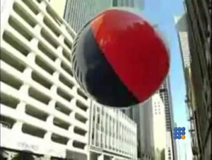 WebBuzz du 14/09/2016 : Un énorme ballon de plage dans la ville-Massive Beach Ball In The City