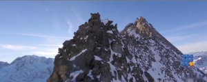 WebBuzz du 05/01/2017: Un drône survole une montagne-A drone flies over a montain