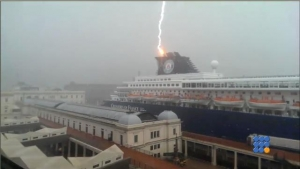 WebBuzz du 31/07/2017: Un éclair frappe un paquebot dans le port de Gènes-Lightning Strikes Cruise Ship At Port Of Genova
