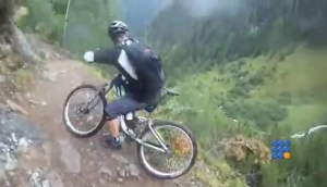 WebBuzz du 15/06/2017 : Ce Vététiste perd l'équilibre et tombe dans le ravin-This biker lose his balance and fall off a huge cliff