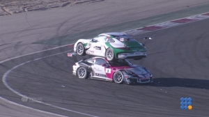 WebBuzz du 29/03/2016 : Course GT accident 2 porsches l'une sur l'autre-Accident in GT race one car on the top of another one