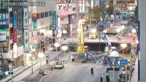 WebBuzz du 16/11/2016: Réouverture de la rue une semaine après qu'un immense trou apparaisse au Japon-Japanese road reopens one week after vast sinkhole appeared