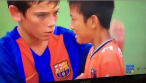 WebBuzz du 30/08/2016: L'équipe de foot des jeunes de Barclone console les perdants-The barcelona younsters consoling the sad opponents