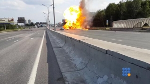 WebBuzz du 17/06/2016: Russie : Un camion transportant des bouteilles de propane prend feu-Russia : A trunk carrying propane tanks catches fire