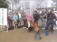 WebBuzz du 28/10/2014: Une blonde japonaise teste un extincteur-a japanese blonde tests a fire extinguisher