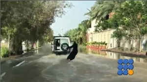 WebBuzz du 22/11/2017: Une Femme Saoudienne fait du surf dans les rues-Saudi girl Car Surfing after heavy rains and flood in Saudi Arabia