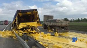 WebBuzz du 01/06/2015 : accident avec un camion transportant de la peinture de signalisation-accident with truck carrying paint marking