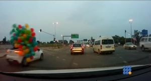 WebBuzz du 15/06/2016: Une voiture perd ces ballons dans le traffic-A car loses its balloons in the traffic