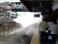 WebBuzz du 21/09/2017: Inde Le train passe une gare après 2 jours de pluies intenses-India Mumbai Rains Floods 2017 at the train station