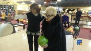 WebBuzz du 05/02/2015: Elle fait un strike du premier coup à 84 ans-A 84 years old grand'ma makes a strikes the first shoot