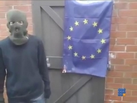 WebBuzz du 12/09/2017: Un nationaliste anglais essaie de bruler le drapeau Europeen-British Nationalist failed to Burns E.U. Flag