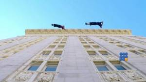 WebBuzz du 30/09/2014: Chorégraphie verticale sur la mairie d'Oakland-Vertical choreography on Oakland city hall