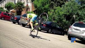 WebBuzz du 01/07/2015: Vittorio Brumotti en mode free style avec un vélo du tour de France-Vittorio Brumotti does freestyle with road bike
