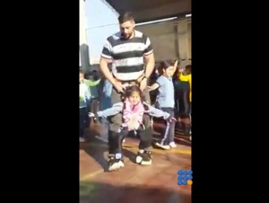 WebBuzz du 21/08/2017: Un instituteur aide une petite fille hémiplégique à danser-Teacher helps little girl with disability to join the dance
