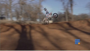 WebBuzz du 06/04/2017: Réception d'un saut en motocross sur la roue avant-Landing of a motocross jump on the front wheel