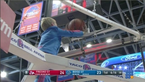 WebBuzz du 02/03/2017: Sport: un héro inattendu sauve le match de basket-An unexpected hero saves the day