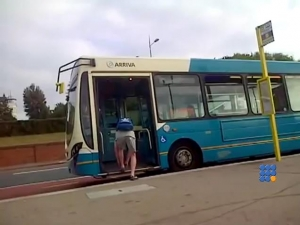 WebBuzz du 20/06/2017: Arroseur arrosé version gamin qui relace ses chaussures-Kid stops bus to tie his shoelaces and gets what he deserves