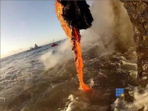 WebBuzz du 16/01/2015: Lave se deversant dans la mer-Lava entering the ocean