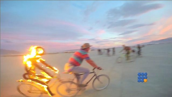 WebBuzz du 12/01/2017: Grande rencontre artistique aux USA Burning Man 2016-Burning Man 2016 Hula Hoop and Fire Cam