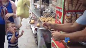 WebBuzz du 27/02/2015: Turquie: Un vendeur de glace s amuse avec un enfant-Turkey an ice seller plays with kid