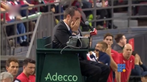 WebBuzz du 07/02/2017: Comment ne pas commencer une carrière de tennisman-Denis Shapovalov smashes ball into umpire Davis CUP