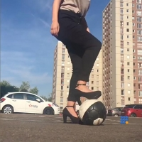 WebBuzz du 18/09/2017: Lisa Zimouche montre son habilité à jouer au foot en haut talons-Lisa Zimouche shows her football freestyling in high heels