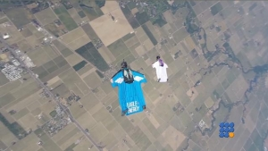 WebBuzz du 11/10/2016: Saut en parachute avec un wingsuit-How to learn to use a wingsuit