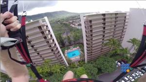 WebBuzz  du 05/08/2014: un parapentiste passe entre 2 immeubles-a paraglider fly between 2 buildings